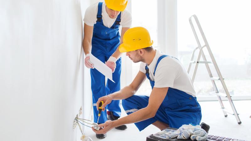 34057408-la-construccion-renovacion-la-tecnologia-la-electricidad-y-el-concepto-de-la-gente--dos-constructore
